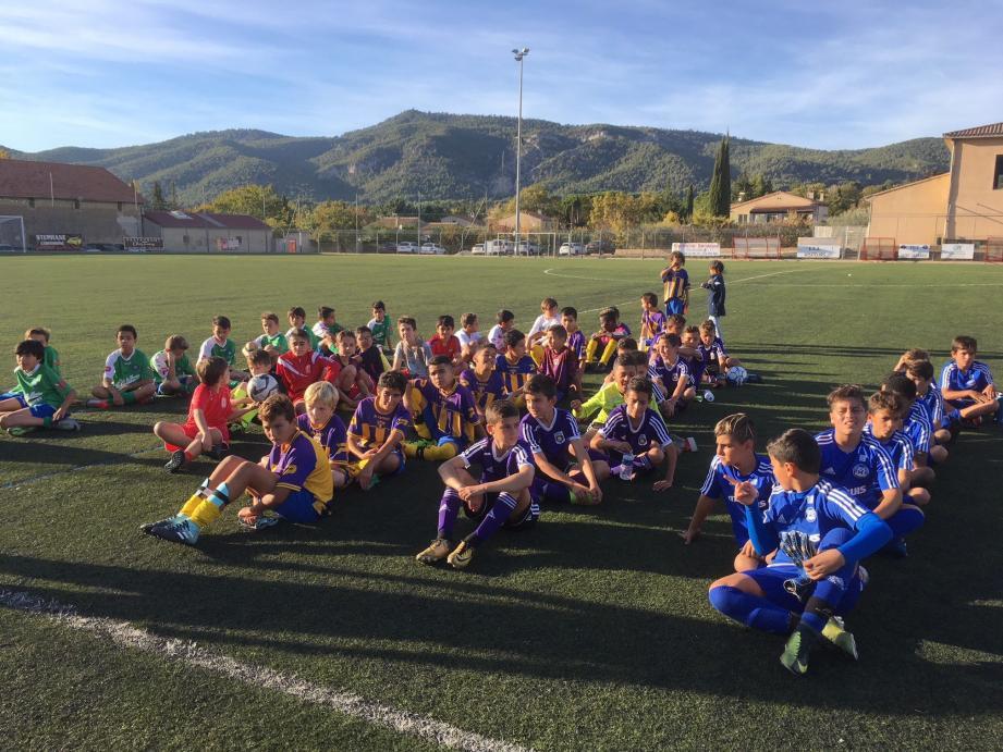Les jeunes footballeurs avant la remise des récompenses.