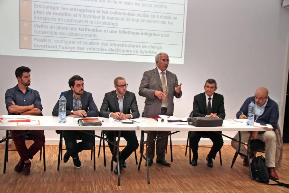 Gérard Delhomez, en charge à la CAPG des déplacements - transports a présenté le Plan de déplacements urbains.