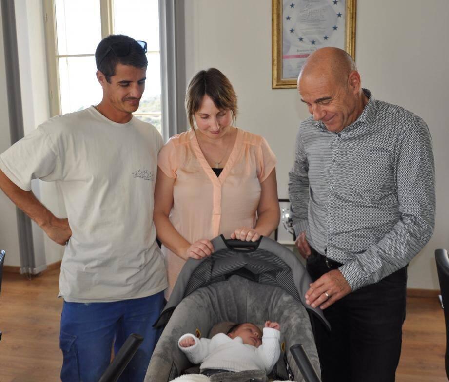 Magalie et Nicolas sont venus présenter au maire leur petite Léane qui a préféré voir le jour à domicile, à Bormes.