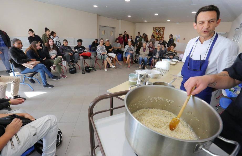 Les ateliers ont démontré par l'exemple les façons d'améliorer son confort de vie sans gréver son budget, dont celui sur le manger sain pour quelques euros.