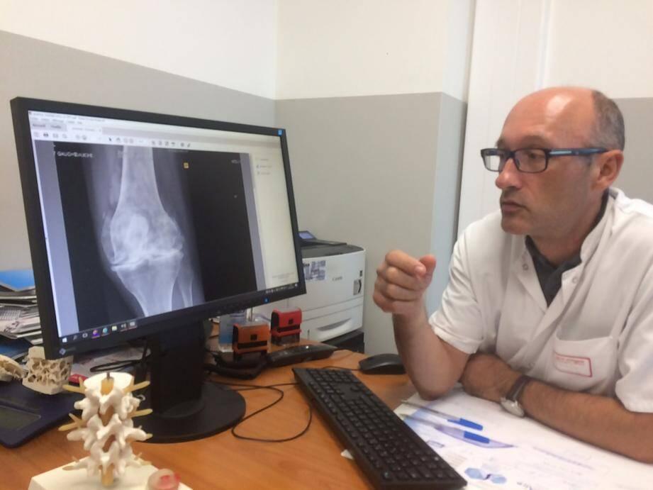 """""""Le nombre de patients souffrant d'arthrose du genou est de plus en plus élevé"""", relève le  Dr Olivier Brocq, rhumatologue."""