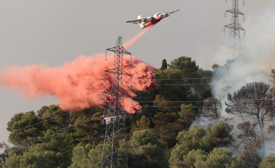 """Les neuf Tracker de la sécurité civile française seront progressivement remplacés à partir de 2019, par une flotte de six avions """"multirôles"""" de type Dash."""