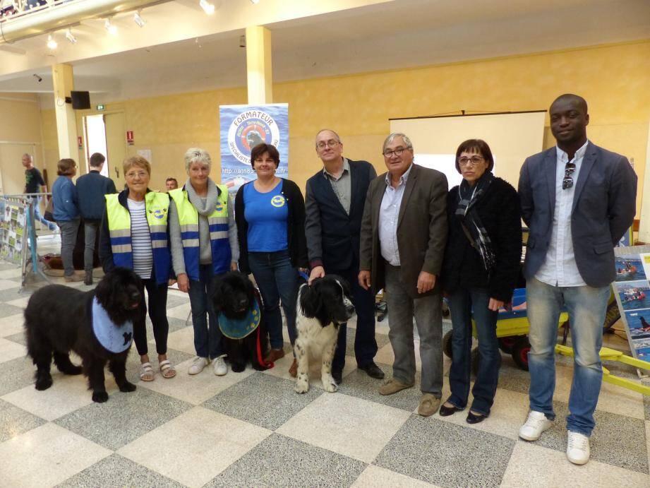 Les élus locaux avec les chiens Terre-Neuve, formés pour le sauvetage aquatique.