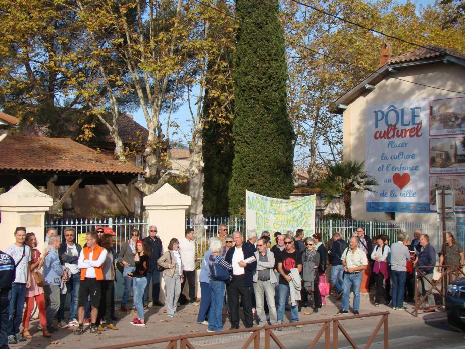 Une cinquantaine de personnes a manifesté hier devant l'école Jean-Jaurès contre la modification du plan local d'urbanisme qui permettra de créer sur l'emplacement un pôle culturel.