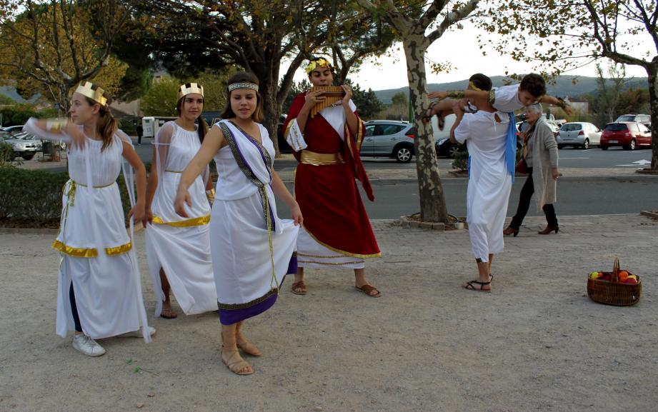 Danses romaines et porchetta, la première journée de la fête de la vigne et du vin au temps des Romains a pris des allures de festoiement antique !!