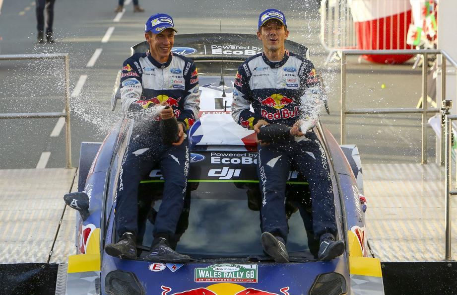 Ingrassia (co-pilote) et Ogier ont savouré leur 5e titre mondial de rang avec du champagne.