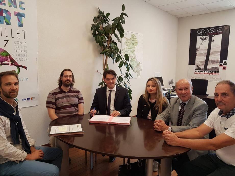 Une convention signée en présence de Jérôme Viaud, Jacques Varrone, son premier adjoint Gérard Méro, Térence Férut et Nicolas Forray. (DR)