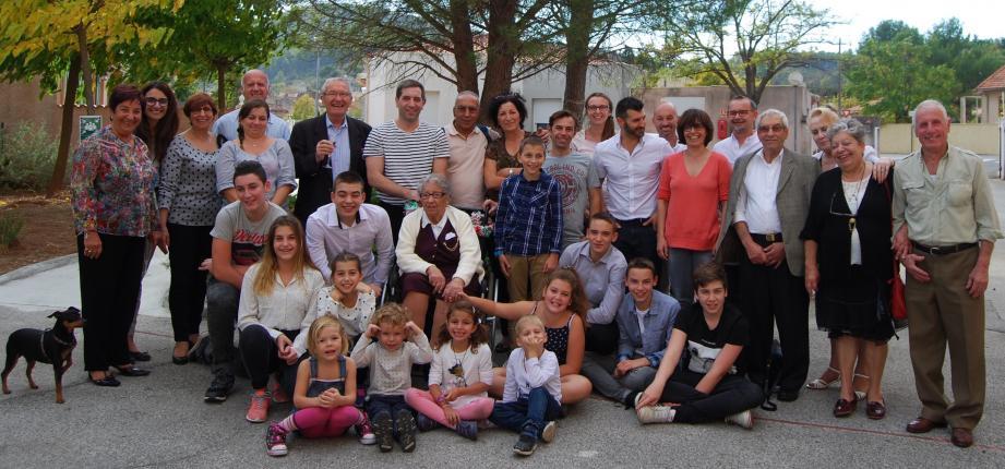 Maria Campese entourée de sa famille et du maire Gilbert Pérugini.(photo c. b.)