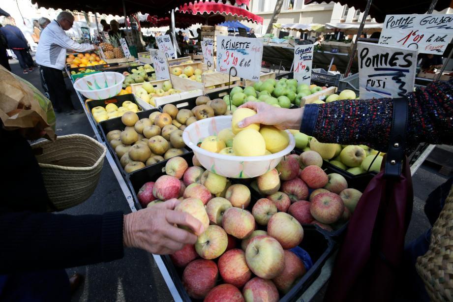Comme partout, les primeurs alimentent l'essentiel de la clientèle du marché du Mourillon. Aujourd'hui, ils disent tirer la langue.