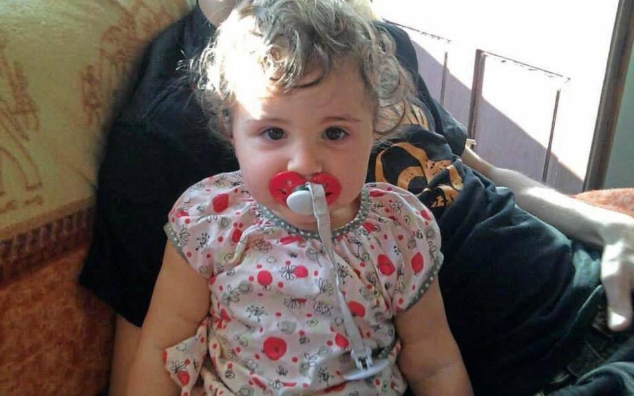 La petite fille avait été trouvée inanimée par les secours en septembre 2014 à l'issue d'une semaine de violences