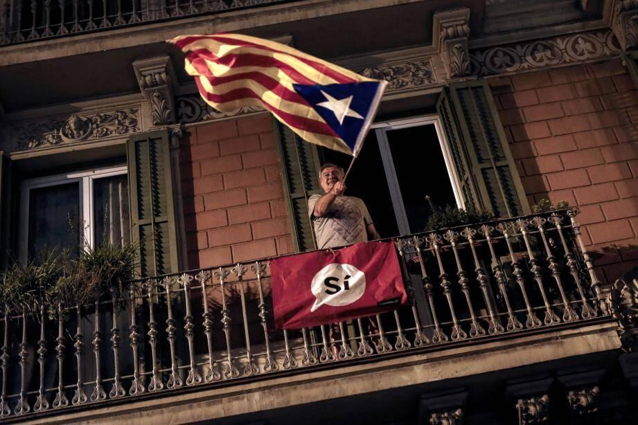Un homme agite le drapeau pro-indépendance catalan.