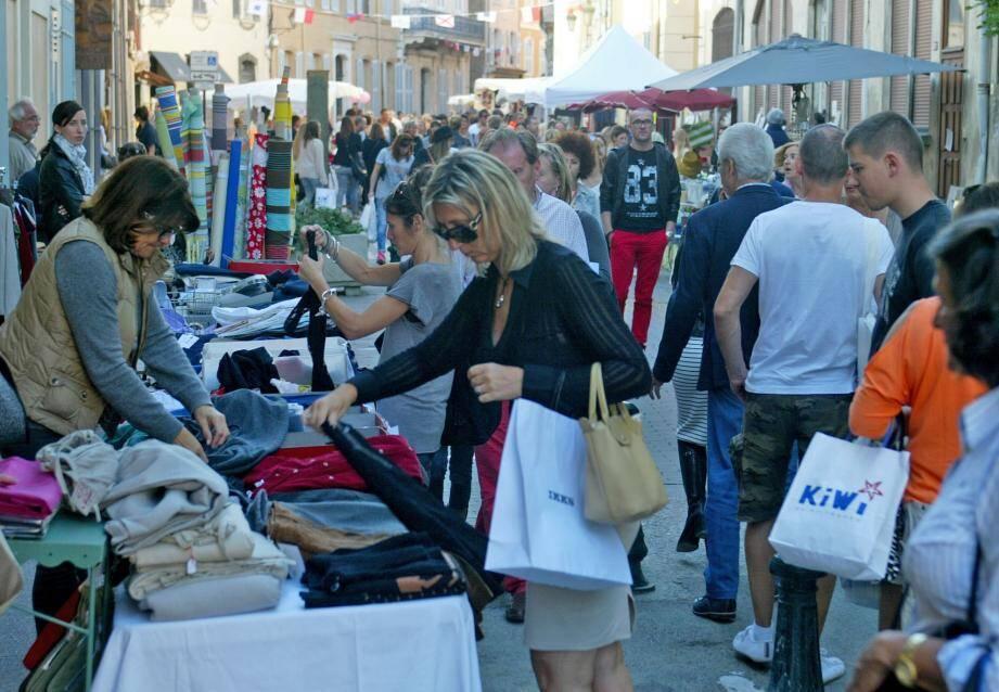 La braderie des commerçants à Saint-Tropez.