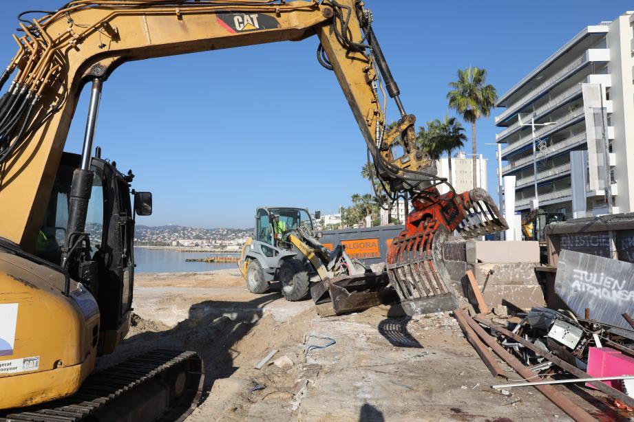 Les pelleteuses ont commencé la démolition avec l'Esterel plage, ce mardi matin.