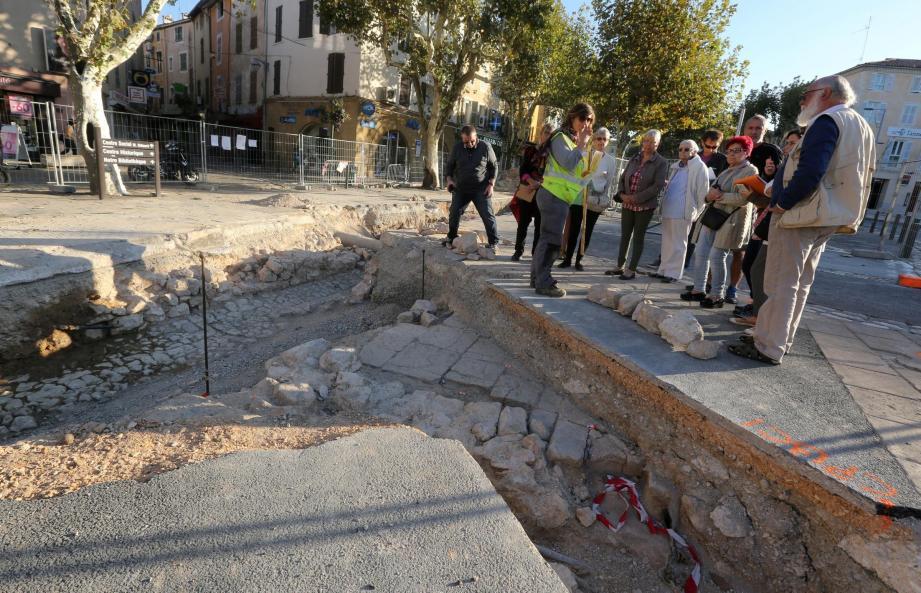 Des fouilles archéologiques préventives sont entreprises depuis le 11 septembre sur la place Malherbe de Saint-Maximin avant les travaux de réhabilitation.
