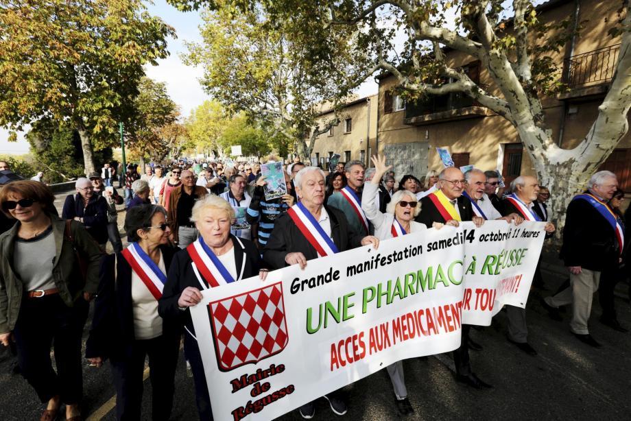 Ce samedi matin à Régusse, de nombreux habitants du village mais aussi des communes alentours manifestent pour l'ouverture d'une pharmacie.