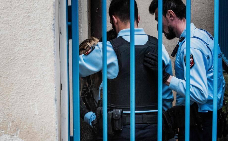 La mère de Fiona, Cécile Bourgeon escortée jusqu'à la cour d'assises pour son procès en appel.