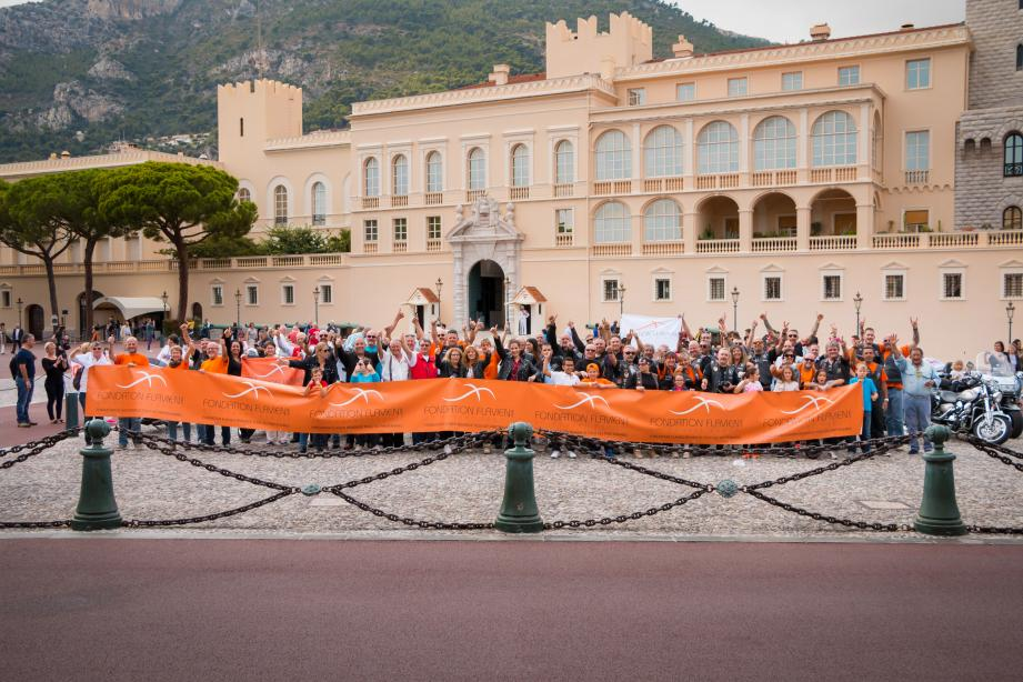 Enfants et motards ont convergé vers la place du Palais princier pour porter, ensemble, les couleurs de la Fondation Flavien.