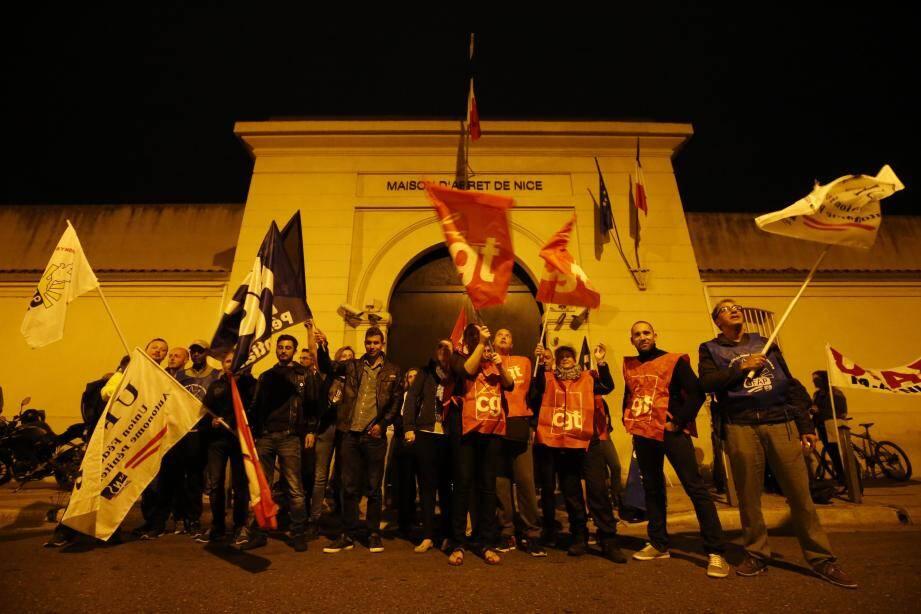Le personnel pénitentiaire de la maison d'arrêt de Nice est mobilisé ce lundi matin après l'agression de trois surveillants par un détenu ce week-end.