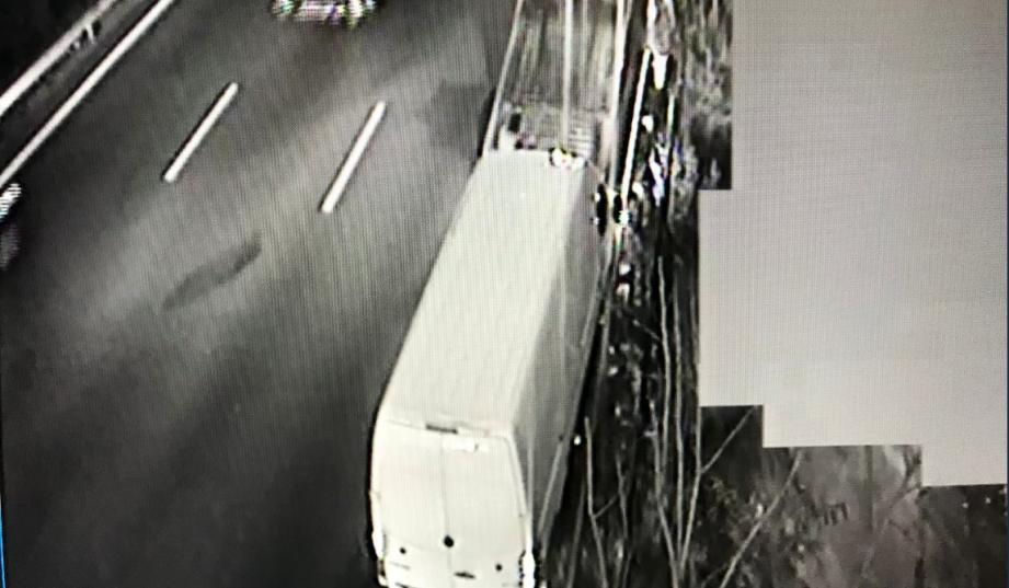 Le véhicule est arrêté sur la voie la plus à droite.