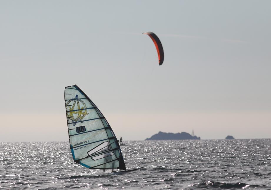 Les foils ont pu profiter du petit vent du jour pour tester le plan d'eau hyérois. Demain, plusieurs manches du championnat de France longue distance devraient pouvoir se tenir compte tenu du fort vent annoncé.