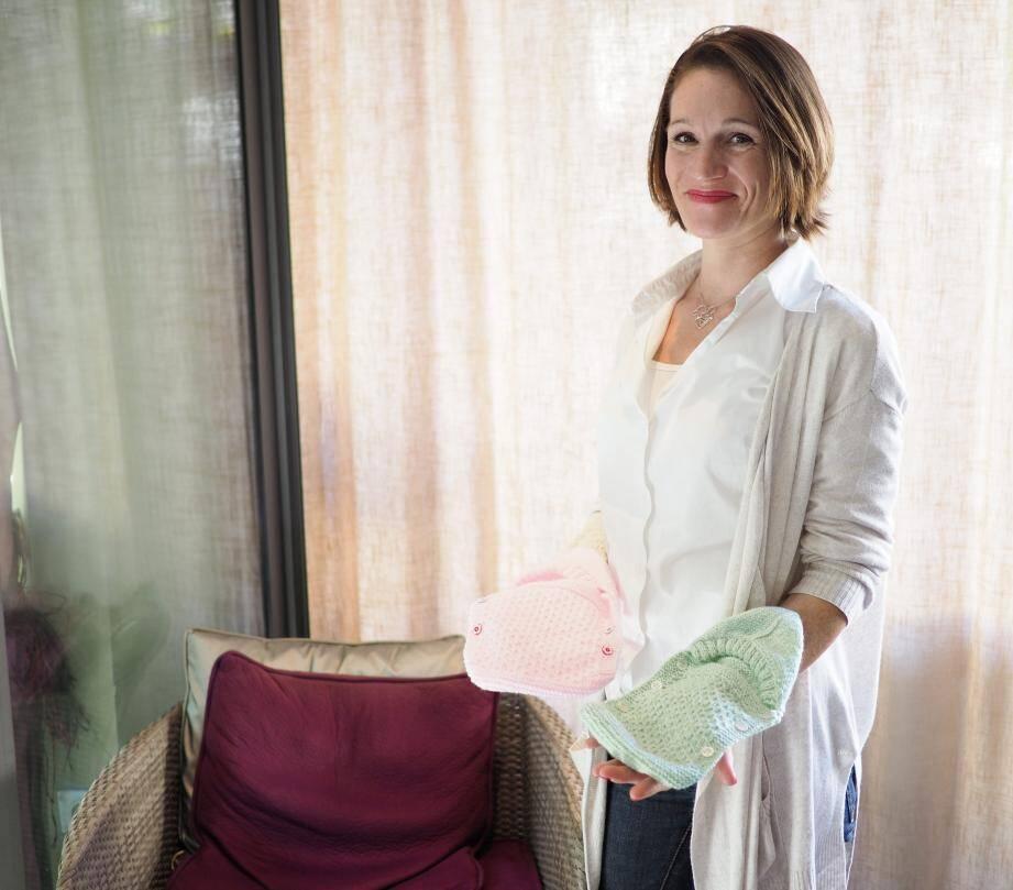Emeline Baudoin, présidente de l'association à Bras Cadabra, s'apprête à distribuer les petits cocons conçus par ses bonnes fées bénévoles aux services de néonatalogie et de maternité.