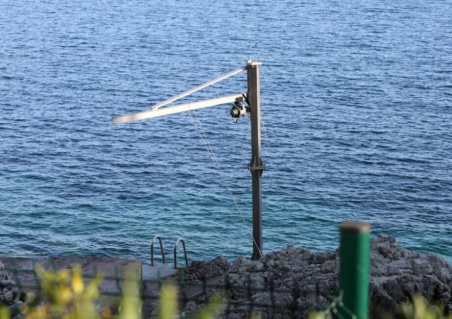De mer, comme de terre, on peut apercevoir cette grue, « les pieds dans l'eau » au Cap d'Antibes.