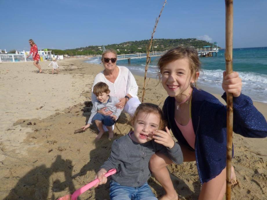 Claudine et ses petits-enfants s'amusent entre château de sable et pique-nique sur la plage.