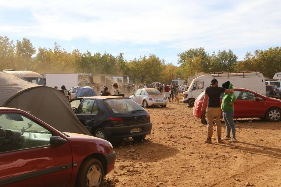 Plusieurs centaines de personnes ont investi des terrains pourtant propriétés privées situées le long de la route départementale 30 à proximité de La Verdière.