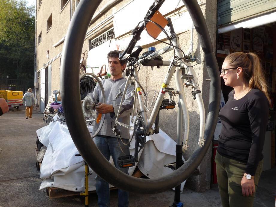 """Les stagiaires de """"Choisir initiatives vélo"""" apprennent non seulement la maintenance et la réparation, mais également le code et le bon comportement sur route à vélo."""