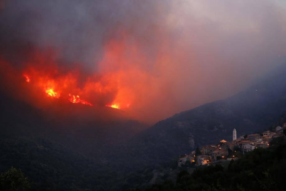 Le feu, proche du village de Palasca.