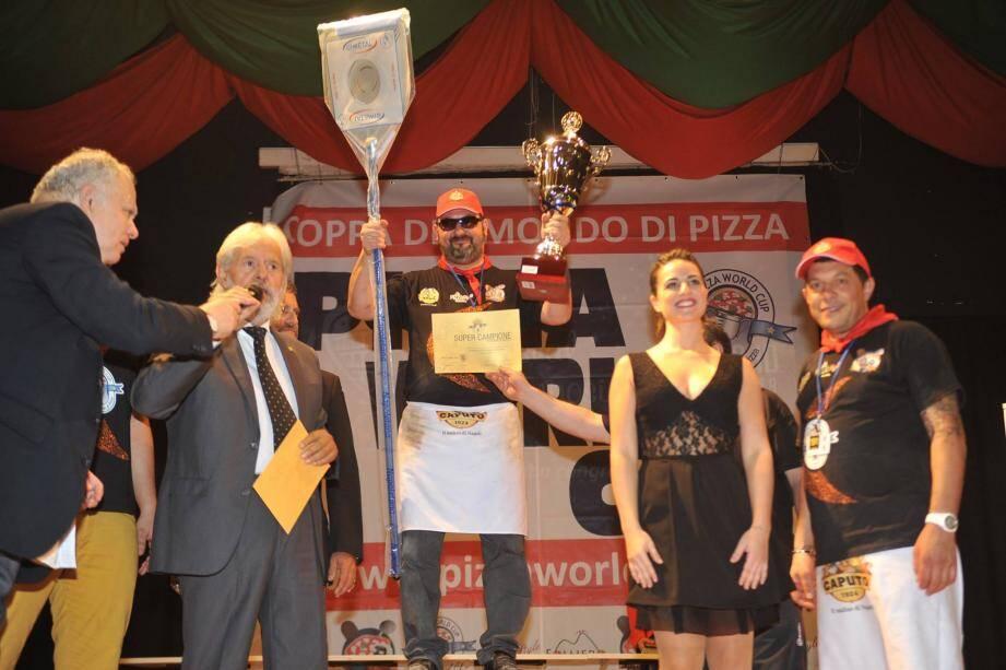 Super Campione! Laurent Raimondo est fier de son diplôme!
