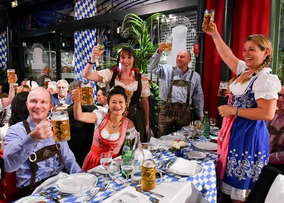 Chaque année, la place du Casino se met aux couleurs bavaroise, et troque le champagne pour la bière.