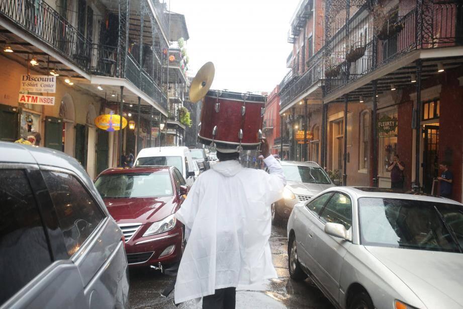 Un homme sauve la caisse claire de sa batterie dans la Nouvelle-Orléans.