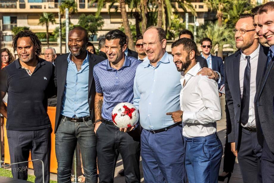 Le souverain a même échangé quelques ballons avec Luis Figo et les stars de football présentes.