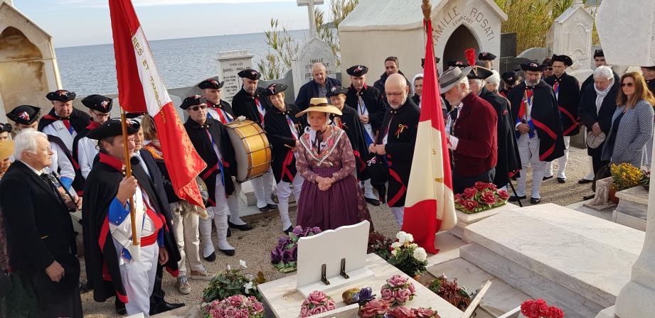 Une plaque du souvenir a été déposée sur la tombe de Josette Bain au cimetière de Saint-Tropez