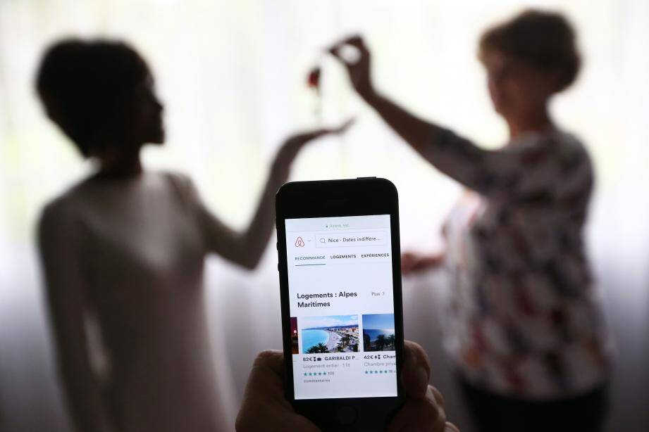 Depuis le 1er janvier 2018, les loueurs devront se faire connaître par une déclaration sur Internet avant de  mettre en ligne leur annonce sur « Airbnb » ou des plateformes de locations d'hébergement entre particuliers similaires.