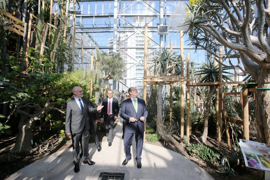 Le prince Albert II, aux côtés du ministre d'état et du maire, a été le premier visiteur hier matin de ce nouvel espace.