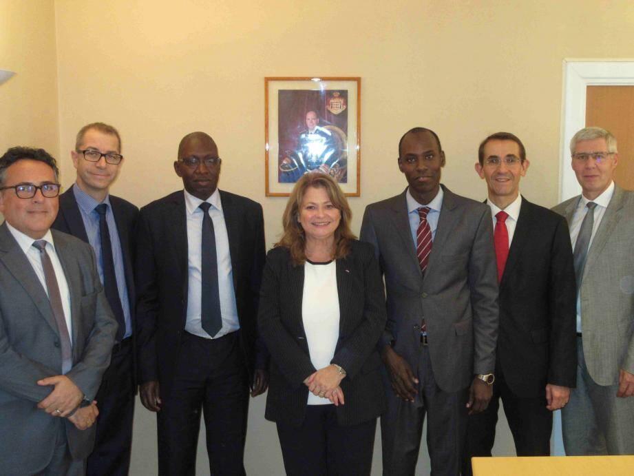 Marie-Pascale Boisson, directeur du SICCFIN, entourée de la délégation sénégalaise et de ses collaborateurs.