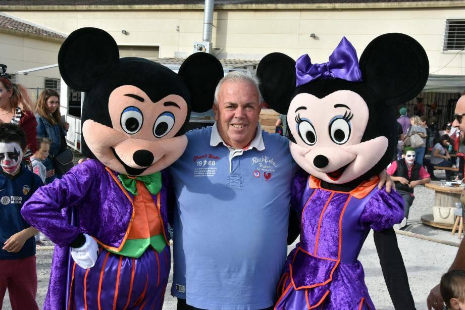 Le président Eddy Barré a accueilli les deux personnages clés pour présenter l'ouverture des festivités de fin d'année.