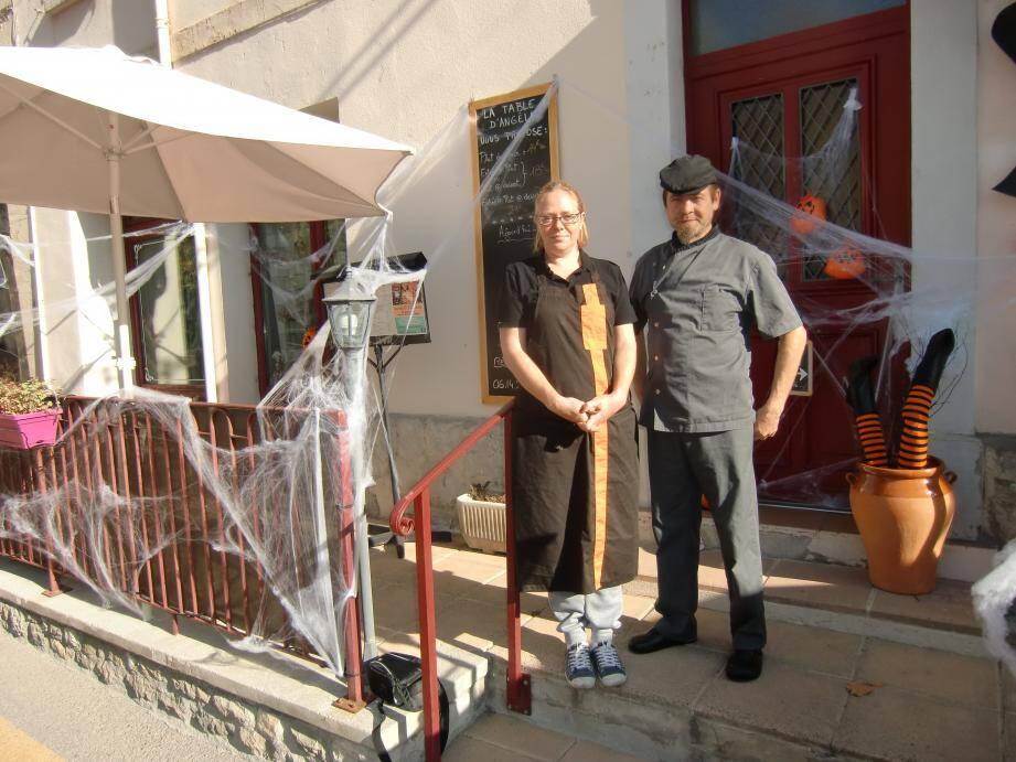 Le couple de nouveaux gérants de « La table d'Angèle » devant leur restaurant décoré aux couleurs d'Halloween.