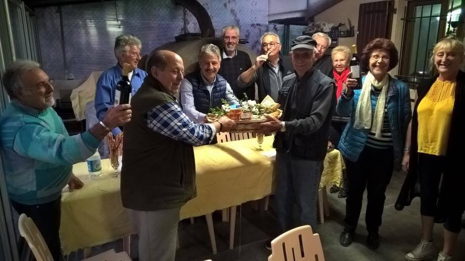 Ghislain Poulain, pour la municipalité roquebrunoise, a remis le prix aux vainqueurs. (DR)
