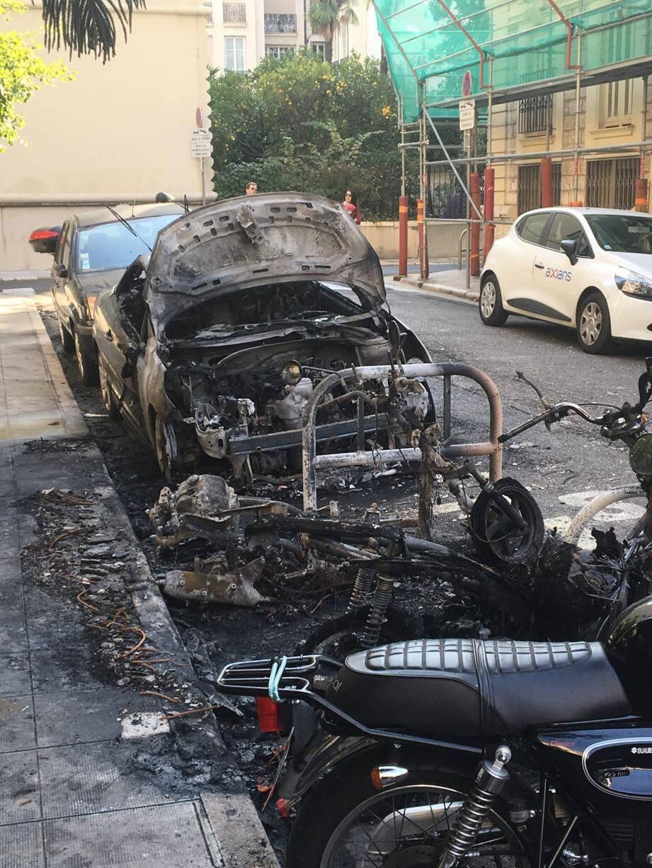 Plusieurs véhicules ont été la proie des flammes, comme dans la rue de Massinguy derrière le lycée Calmette à Nice. (DR)