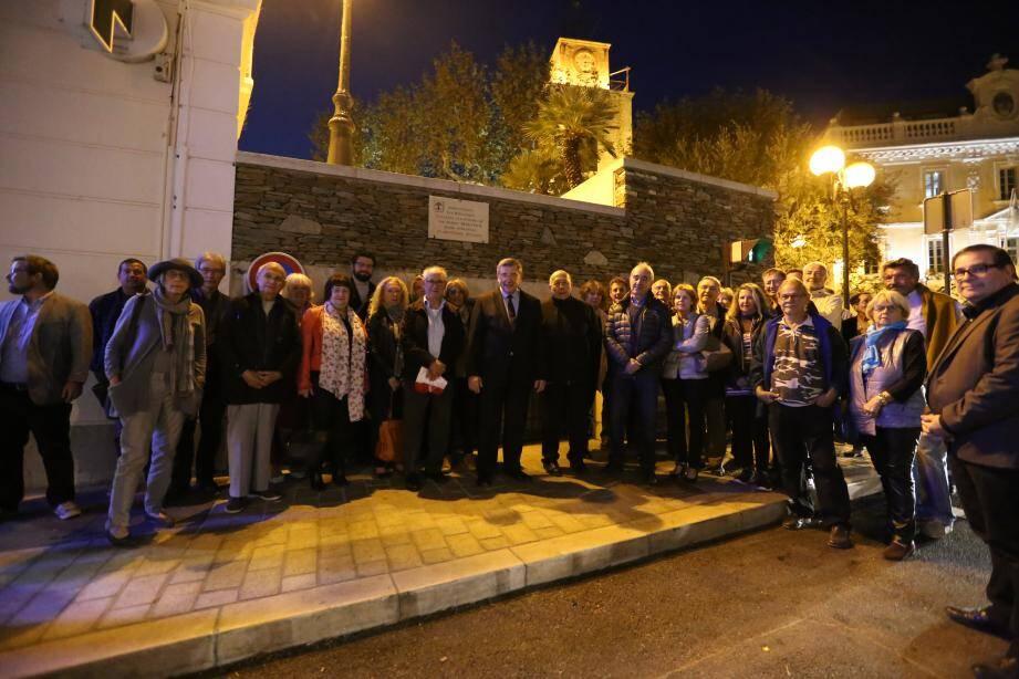 C'est en présence de nombreux élus du conseil municipal, de commerçants et riverains de l'artère, de représentants des entreprises et maîtres d'œuvre, que le maire Robert Bénéventi (au centre avec la cravate) a inauguré les travaux de la rue République.