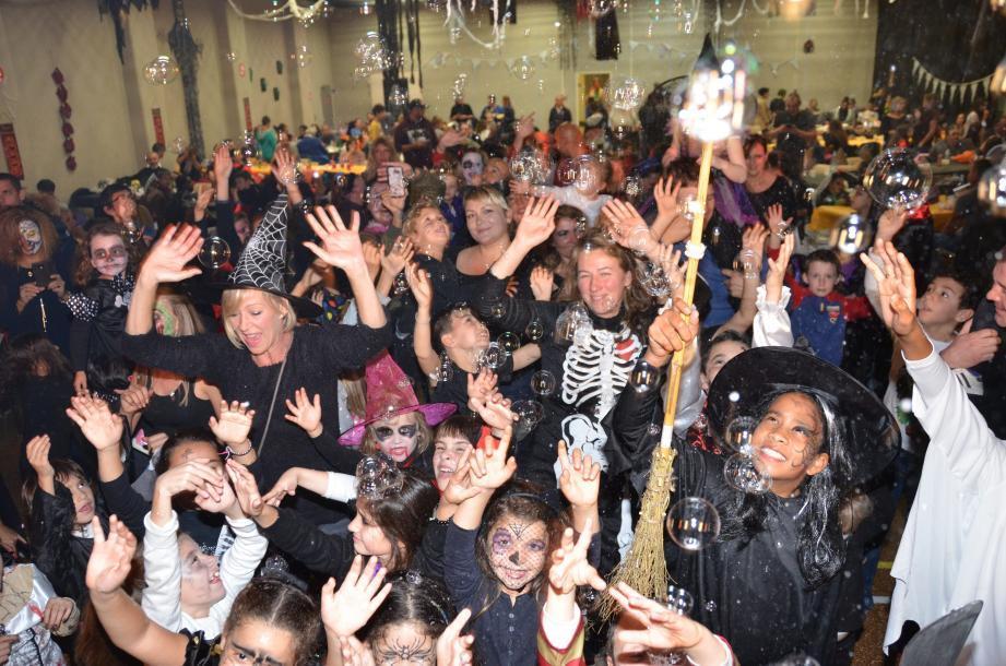 Le grand sabbat en salle polyvalente était animé par DJ Max. Avant, La rumpa pignata (en haut à droite), tradition millénaire, était organisée par l'association  Irhata. Quant au Comité des Fêtes, il s'est fait dévaliser - avec le sourire - par l'assemblée horrifique et affamée de plus de 300 personnes.