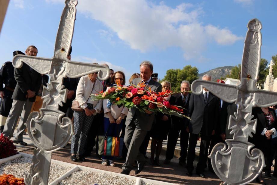 Le maire a déposé la gerbe de fleurs en hommage aux soldats morts au combat.