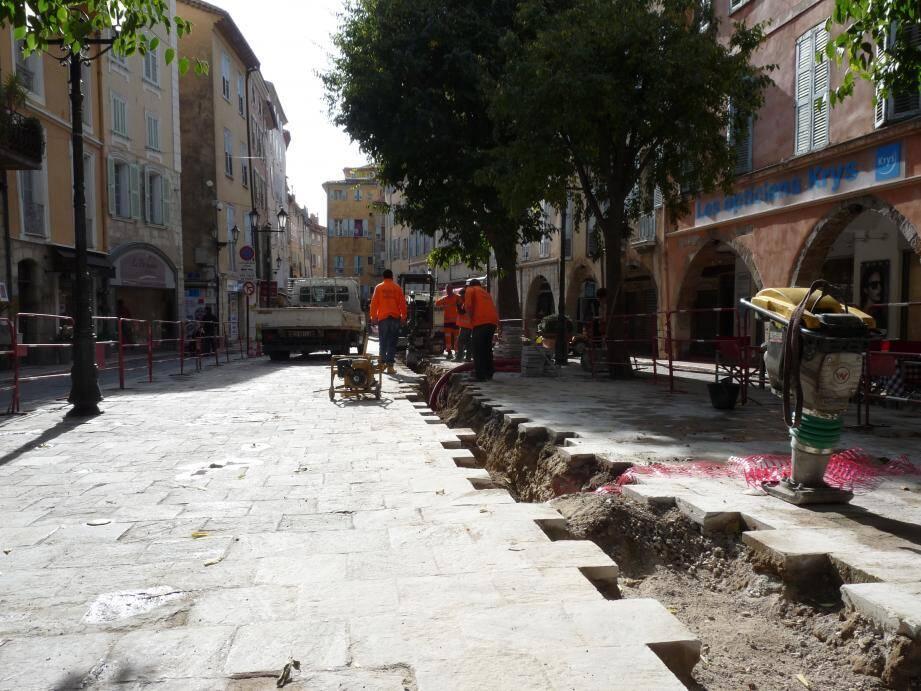 Place aux Aires, les travaux sur le réseau électrique permettront de brancher le système de refroidissement de la patinoire sans faire sauter les plombs de tout le quartier.