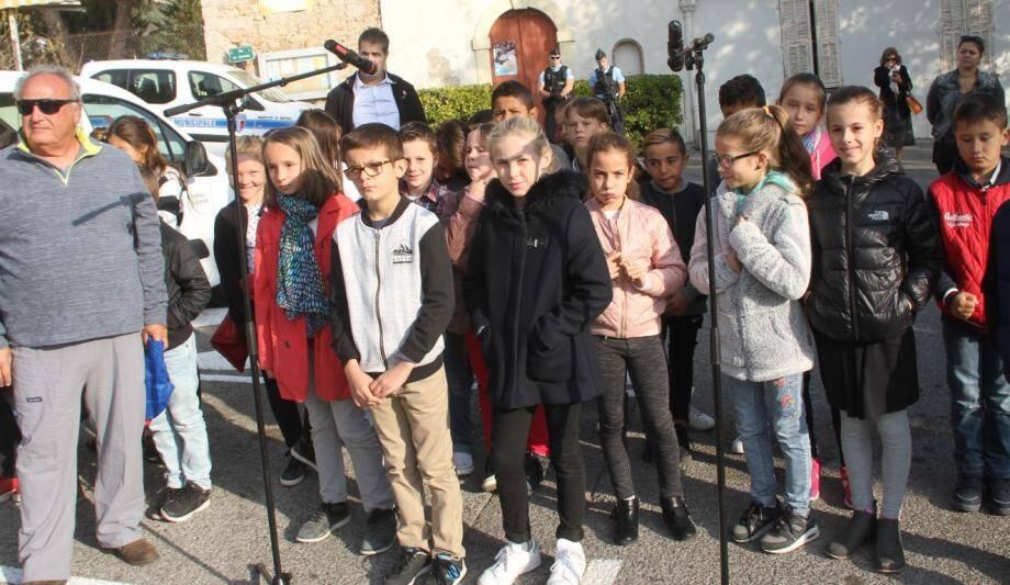 25 élèves de CM1/CM2 de l'école Cottage-Mimosas, encadrés par leur directeur Gilbert Deperi, ont chanté La Marseillaise au monument aux Morts, place du Capitou.