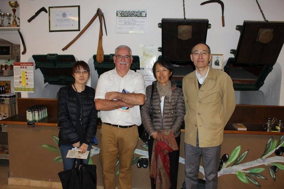 De g. à d.: Chie Onishi, Jacques Rey, Taeko Perrin-Sorihashi (interprète) et Teruya Morishima ont échangé sur une passion commune, le monde agricole.