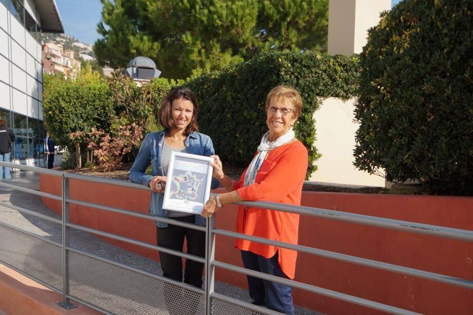 Claude Louvet, adjointe à l'accessibilité, et Marion Habert, responsable de service à l'urbanisme arborent fièrement la récompense reçue lors du colloque « Recherche et accessibilité ».