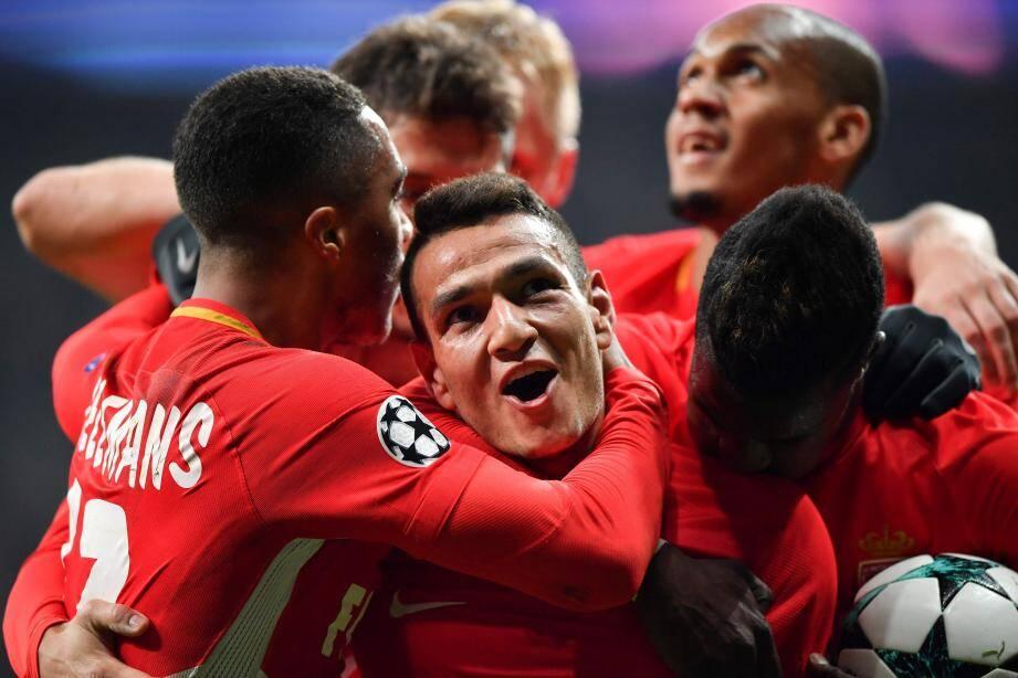 Rony Lopes buteur et entouré de ses coéquipiers, l'image d'un Monaco conquérant à Istanbul.